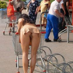 結構可愛い外国人が街中でまっぱでモロ露出してる画像のエロさは尋常じゃない[40枚]