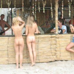 色気のある外国人が街中でまっぱでモロ露出してる画像の頂点を決めようジャマイカ[40枚]
