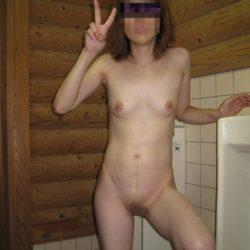 エッチ好きそうな美女が街のトイレで卑猥なポーズしてる画像、コレは勃起するわw[46枚]