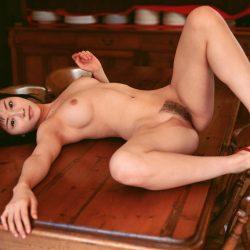 お姉さんが全裸で卑猥なボディを見せてくれる画像がエロ過ぎてヤバイです[38枚]