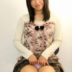 結構可愛い女がスカートたくし上げてパンティ見せつけてくる画像、コレは勃起するわw[31枚]