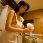 美乳のお姉さんが裸エプロン姿でエッチなサービスしてくれる画像がめちゃシコ[30枚]