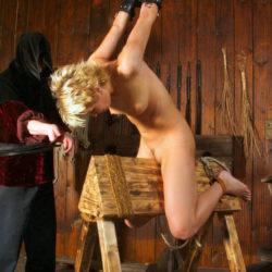 """<span class=""""title"""">色気のある女が三角木馬に乗せられてSM調教されてる画像見ようぜ[29枚]</span>"""
