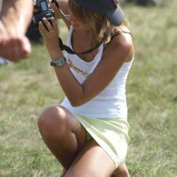エッチ好きそうなカメラガールがパンチラ晒してる画像で、まったりシコシコ[20枚]