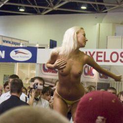 可愛いイベコンギャルがモーターショーで卑猥なポーズしてる画像まとめ[8枚]