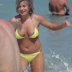 エッチ好きそうな外人美女が砂浜で胸チラしちゃった画像がめちゃシコ[26枚]