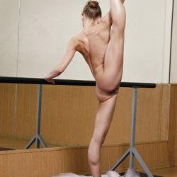 結構可愛いバレエダンサーが全裸で大胆ヌードで微笑む画像の素晴らしさを実感するスレ[18枚]