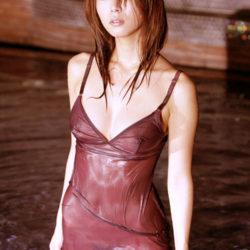 服が濡れた美人さんがノーブラで乳首透けちゃってる画像をじっくり楽しむスレ[30枚]